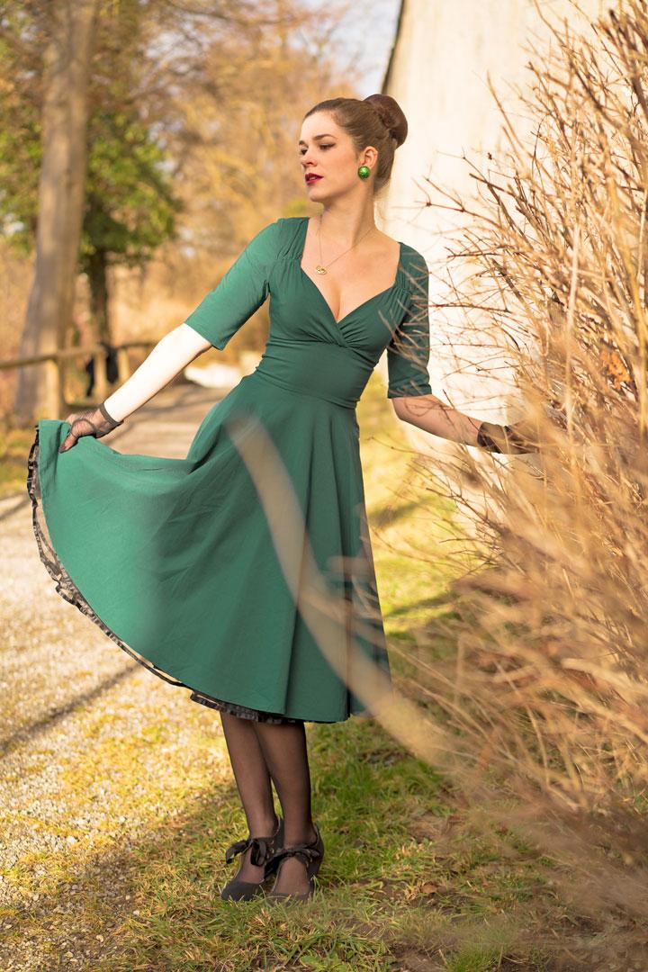 RetroCat in einem Kleid mit Tellerrock