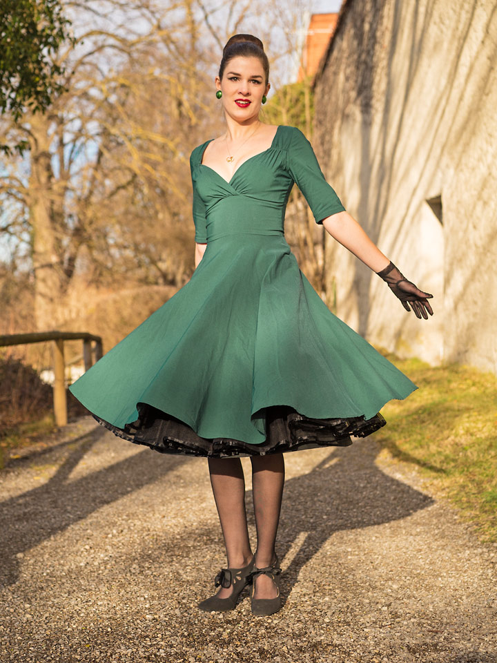 RetroCat in einem Swing-Kleid von Collectif Clothing