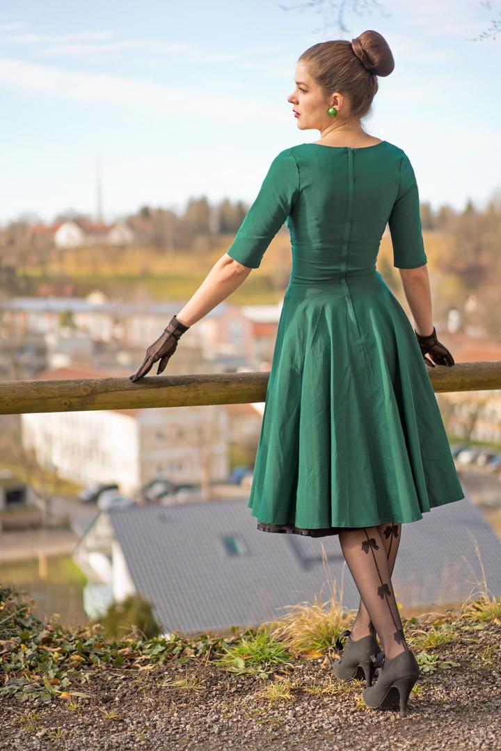 RetroCat mit Swing-Kleid und Strumpfhosen von Chantal Thomass