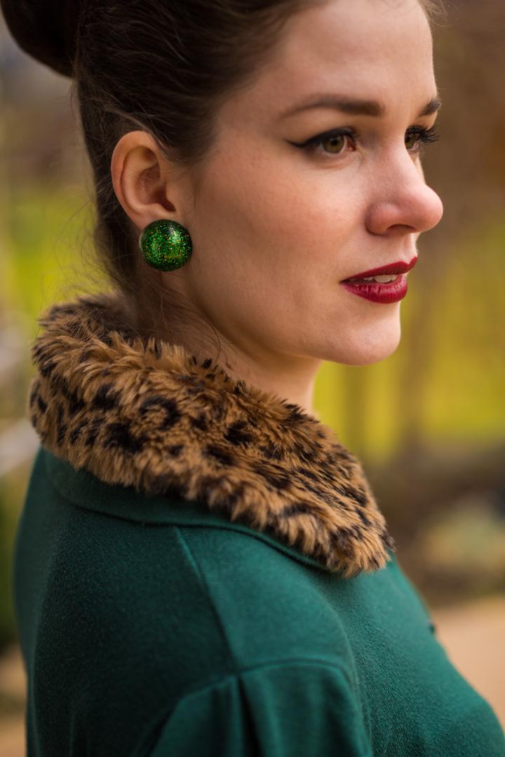 RetroCat mit grünen Ohrringen von Glitter Paradise