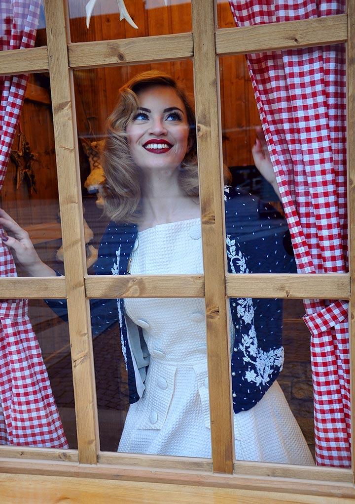 Victoria von Vintagemädchen in einem Outfit von Prettie Lanes