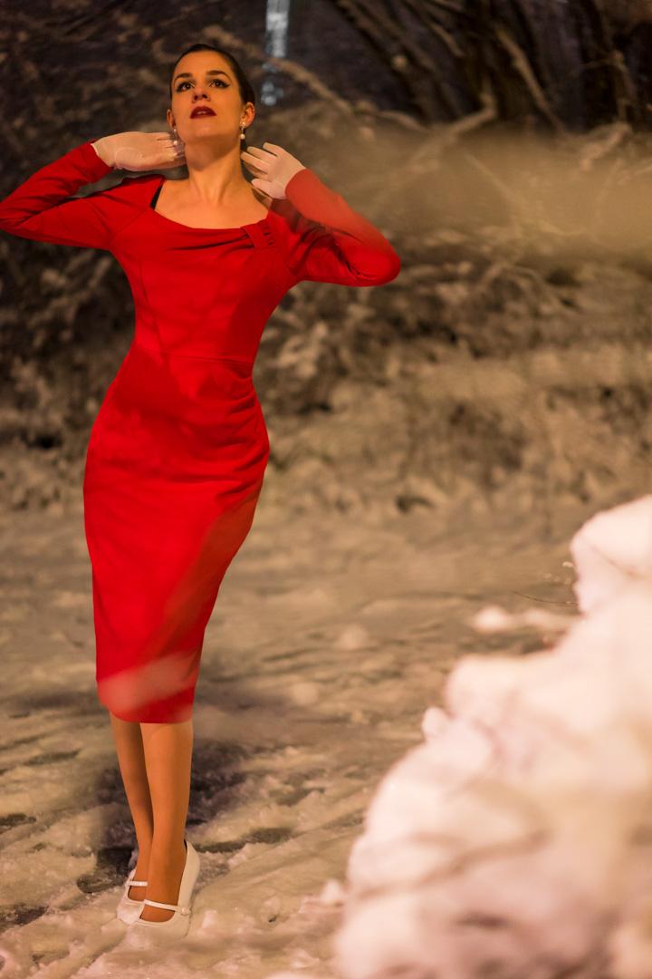 RetroCat in einem verführerischen Kleid von The Pretty Dress Company