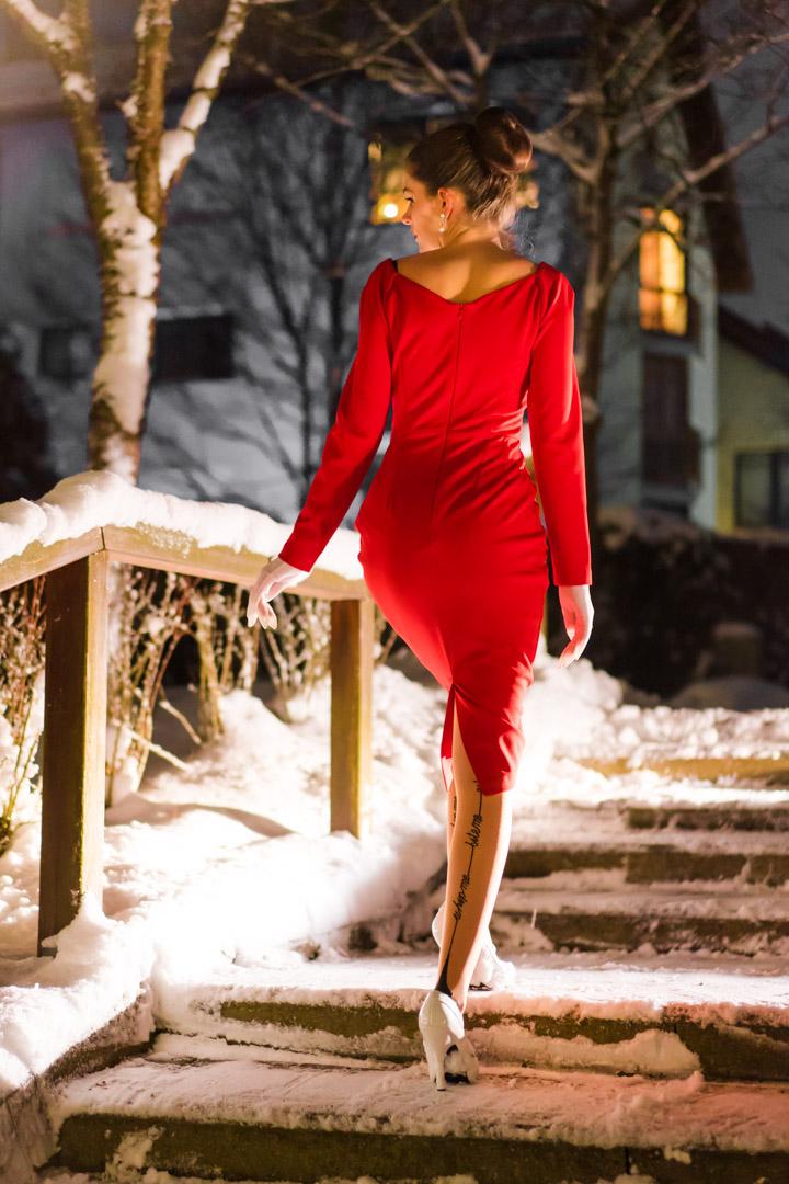 RetroCat mit rotem Kleid und Strümpfen von Agent Provocateur