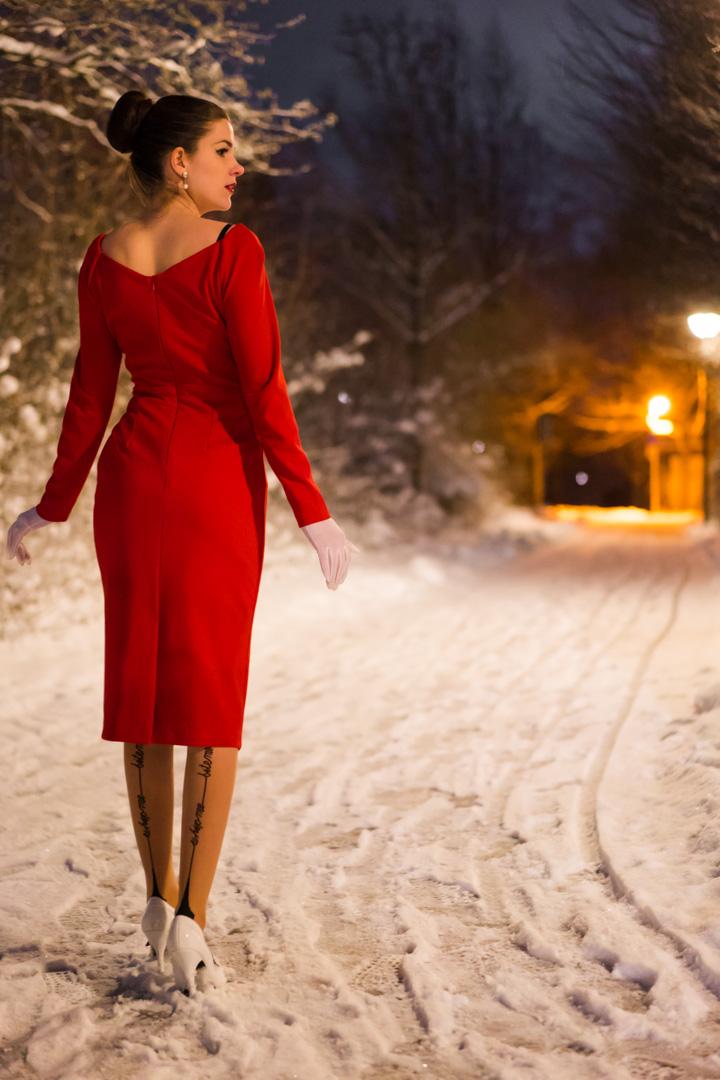 RetroCat in einem roten Abendkleid