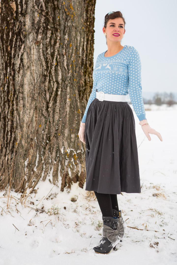 RetroCat in einem winterlichen Retro-Outfit