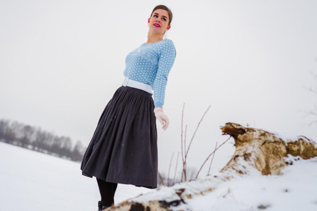 RetroCat in einem Winter-Outfit im Vintage-Stil
