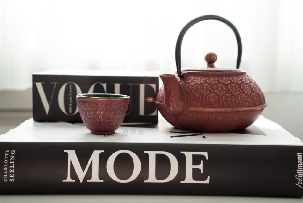 Modebücher und eine japanische Teekanne