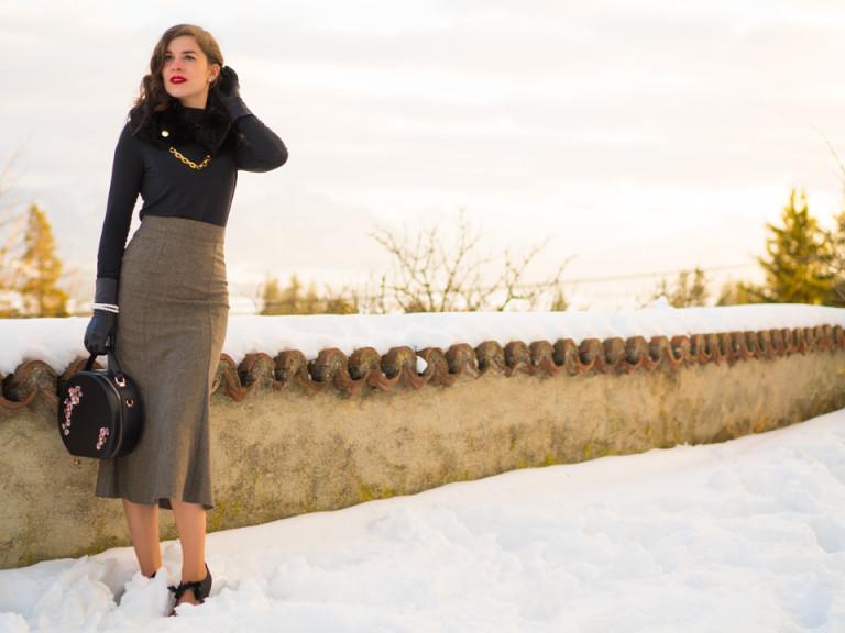 RetroCat in einem eleganten Winter-Outfit im Vintage-Stil
