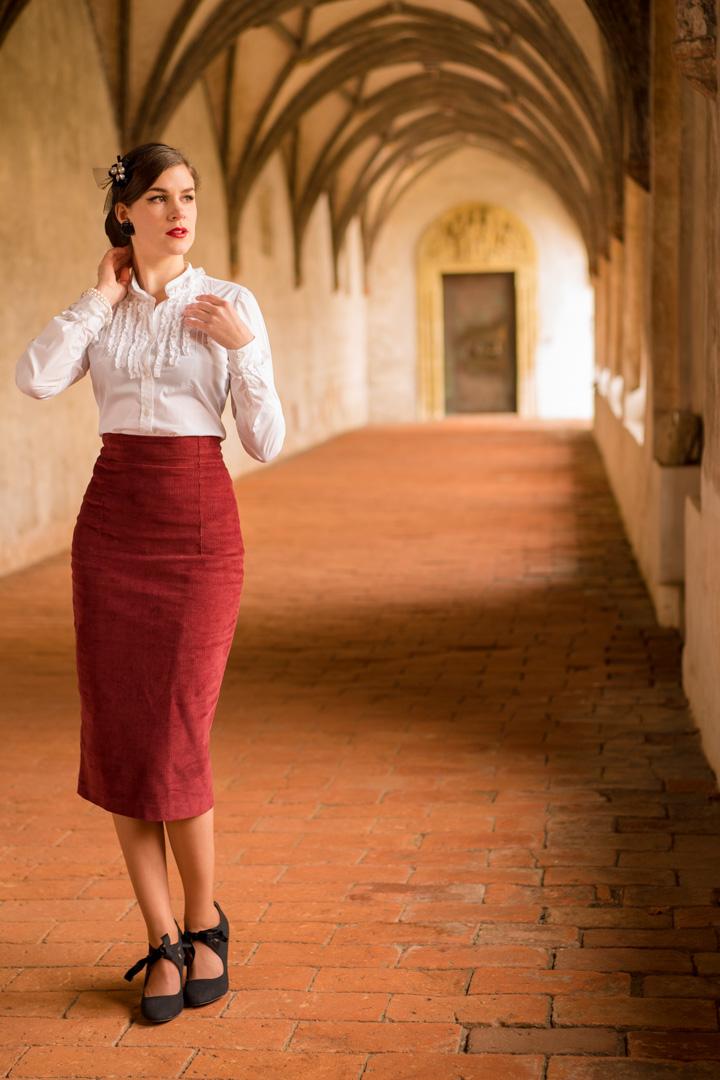 RetroCat in einem klassischen Büro-Outfit