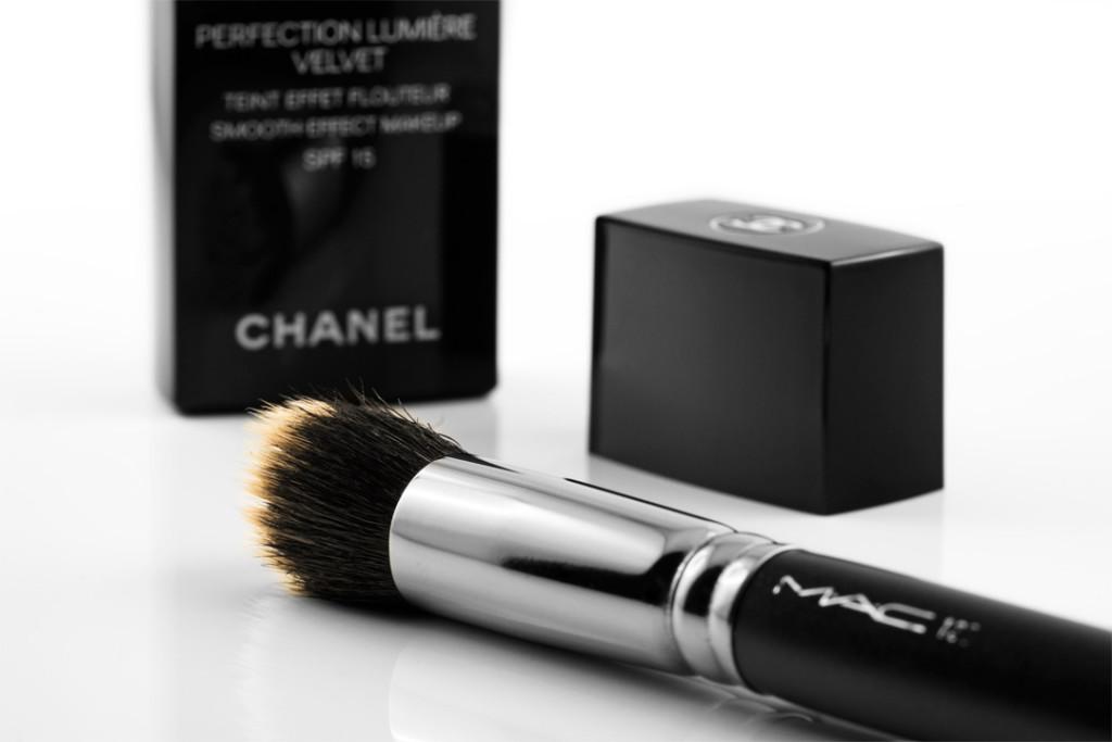 Die Chanel Perfection Lumière Velvet Foundation mit MAC-Pinsel