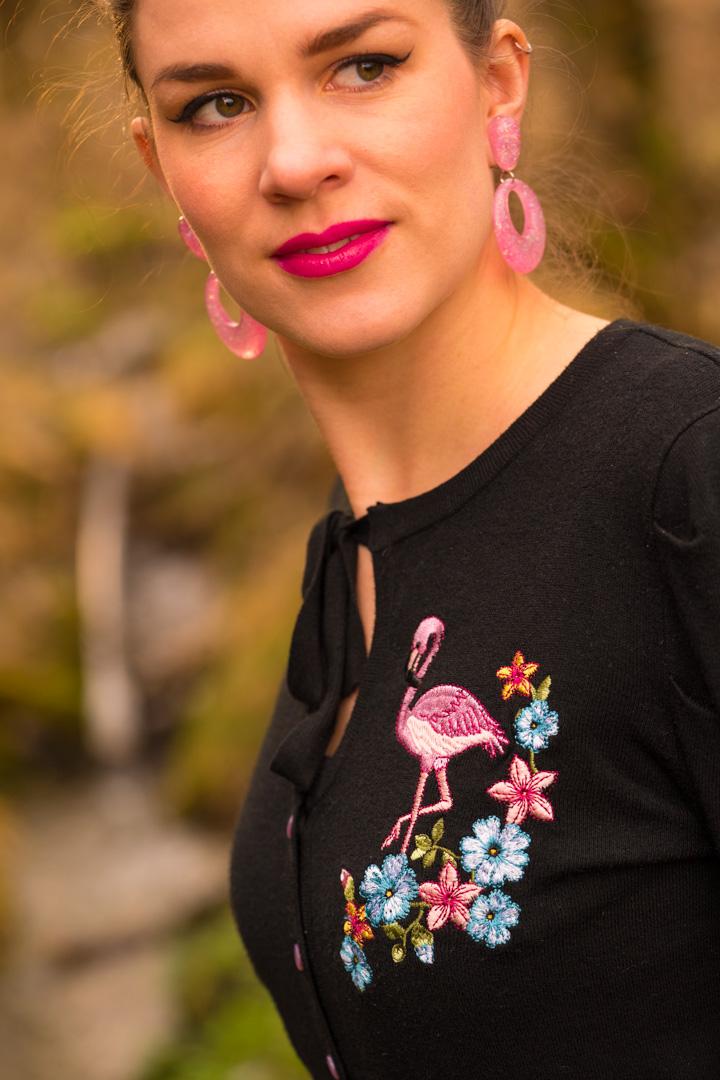 RetroCat in einem Cardigan mit Flamingo-Stickerei von Banned