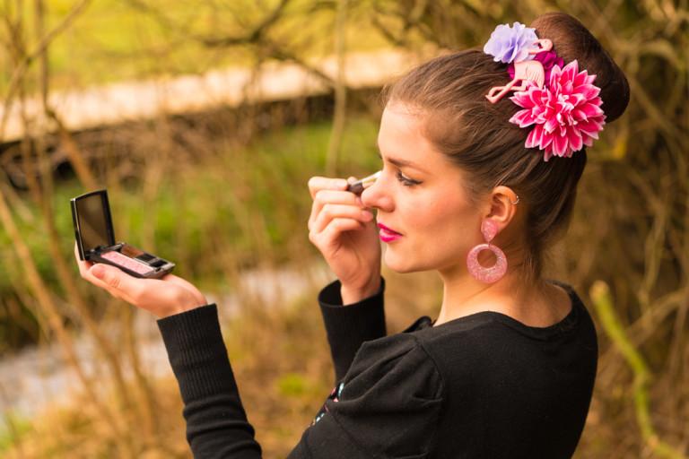 RetroCat beim Make-up-Auffrischen