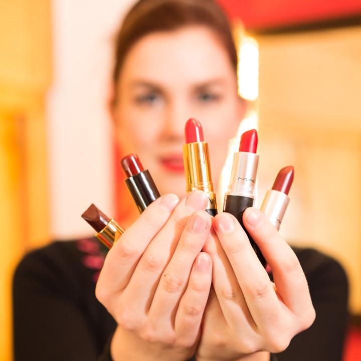 RetroCat mit fünf roten Lippenstiften
