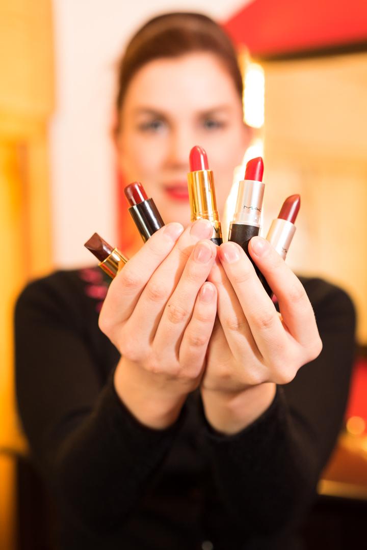 RetroCat mit verschiedenen roten Lippenstiften