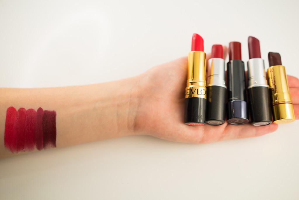 Swatches von fünf roten Lippenstiften