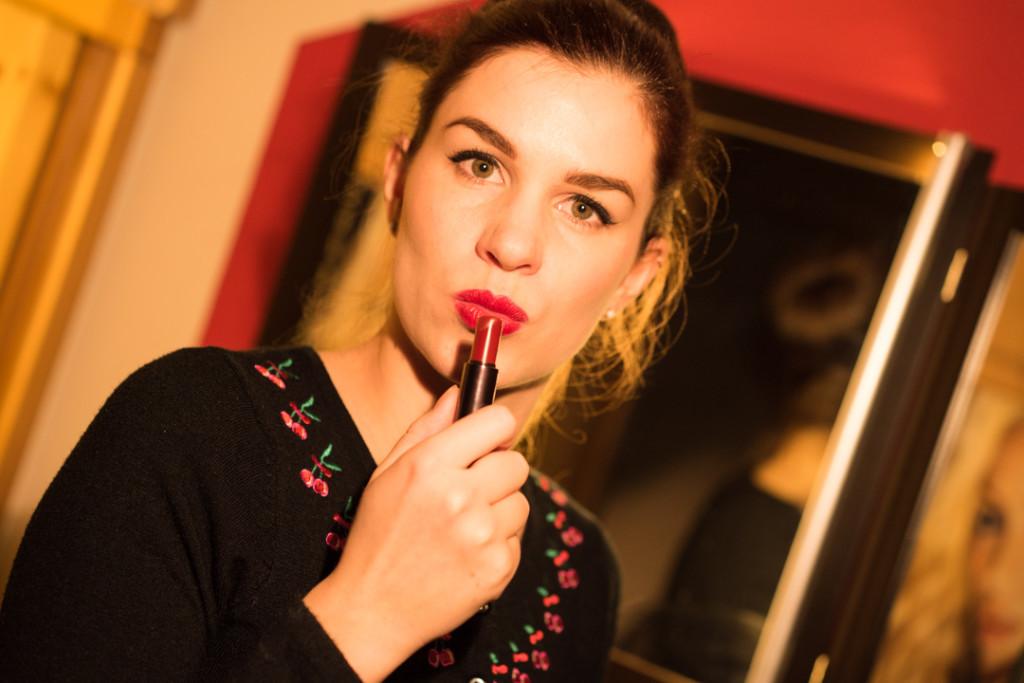 """RetroCat mit dem """"Dangerously Chic""""-Lippenstift von Mac"""