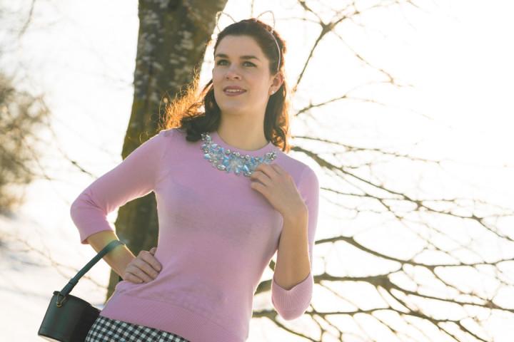RetroCat mit einem rosa Pullover von Ted Baker