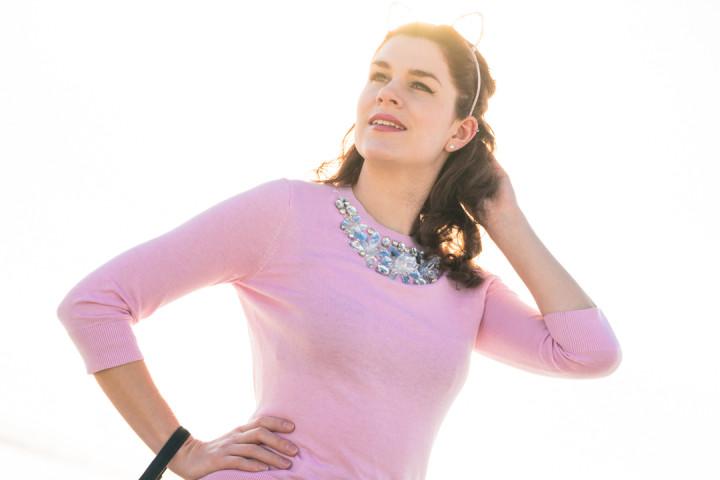 RetroCat in einem rosa Sweater von Ted Baker