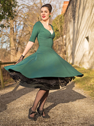 RetroCat im schwingenden Trixie Doll Dress von Collectif Clothing