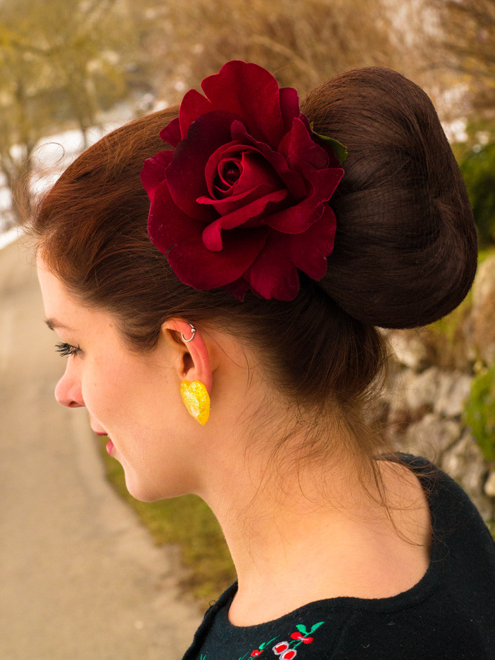 RetroCat mit einer Haarblume von SophisticatedFlowers