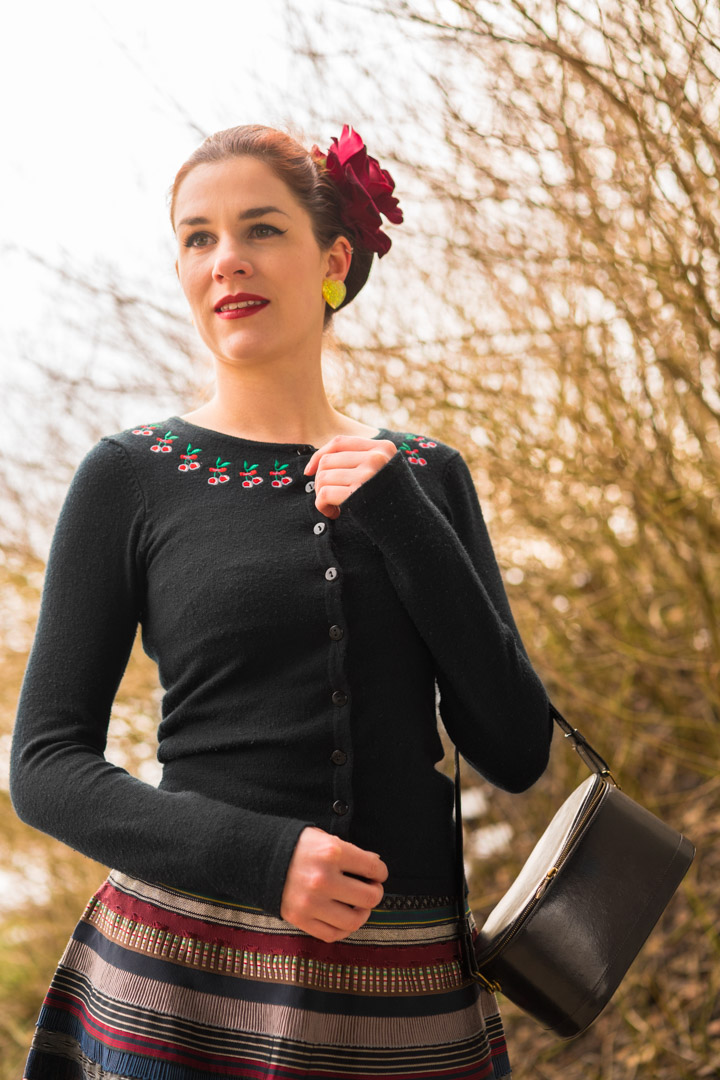 RetroCat mit dem Cherry Cardigan von Collectif Clothing