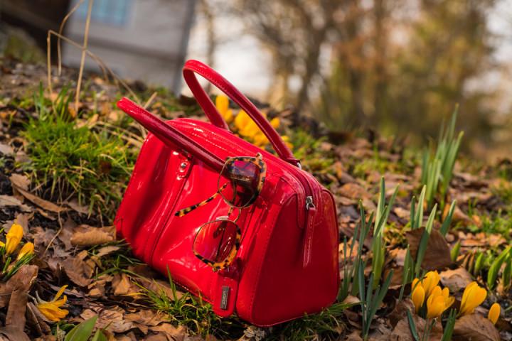 Eine rote Bowling Bag und eine Sonnenbrille von Miu Miu