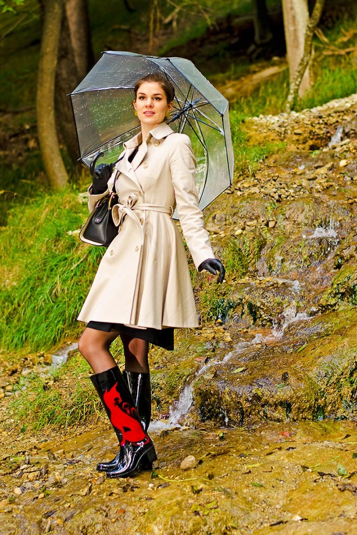 RetroCat mit Trenchcoat, Regenschirm und Gummistiefeln