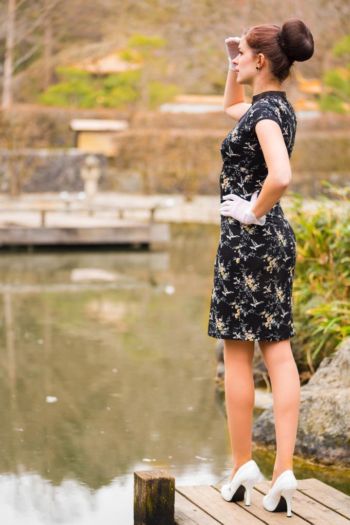 RetroCat in einem schwarzen Jersey-Kleid von Vive Maria