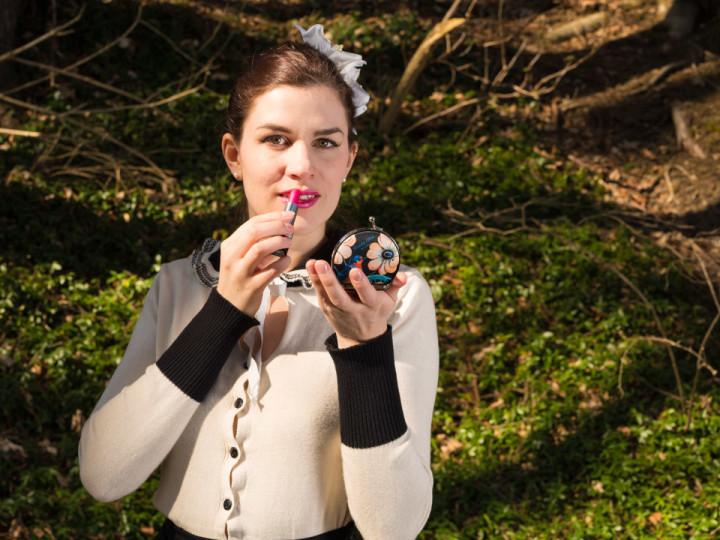 RetroCat mit Taschenspiegel und pinkem Lippenstift