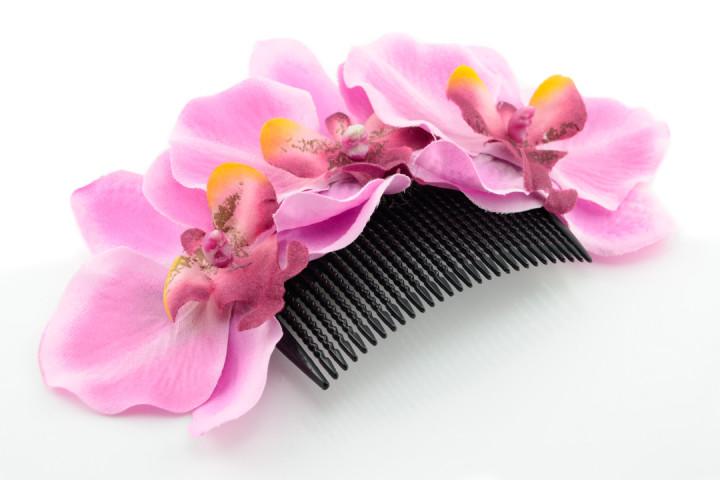 Ein Haarkamm von Sophisticated Lady mit rosa Orchideen
