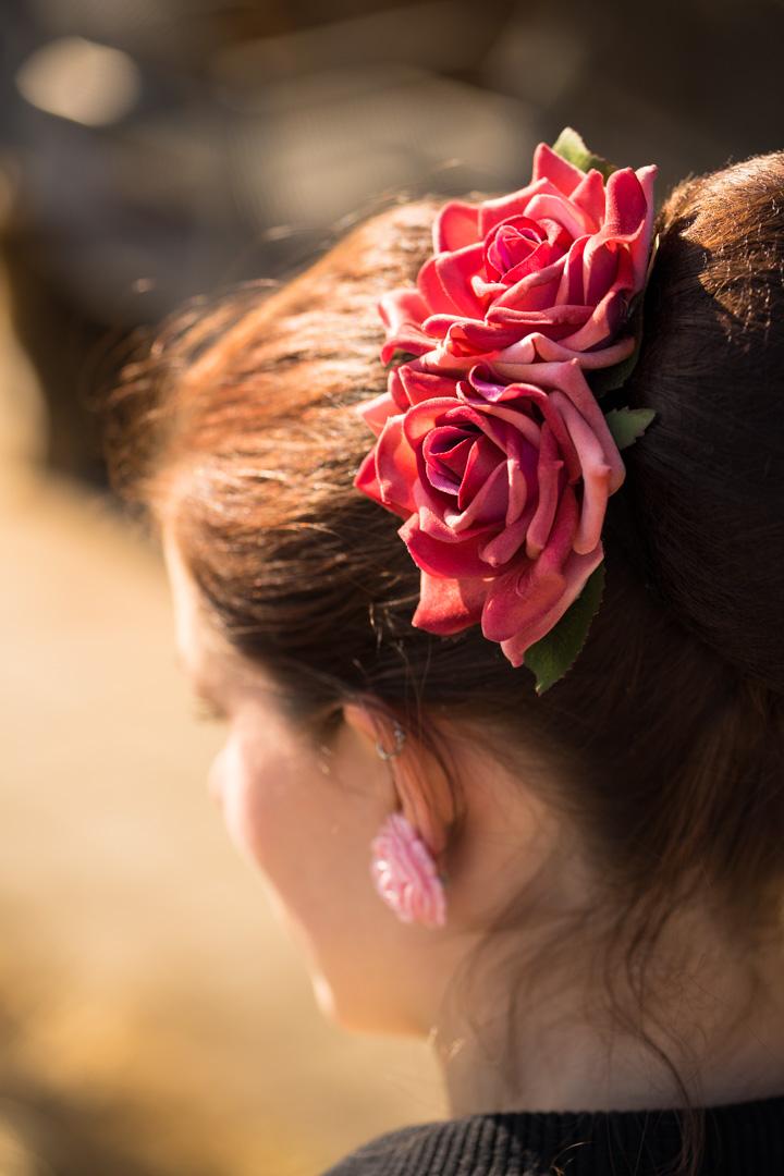 RetroCat mit Rosen-Haarschmuck