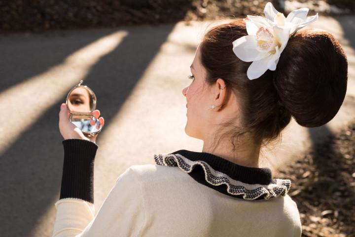 RetroCat mit einer großen, weißen Blume fürs Haar