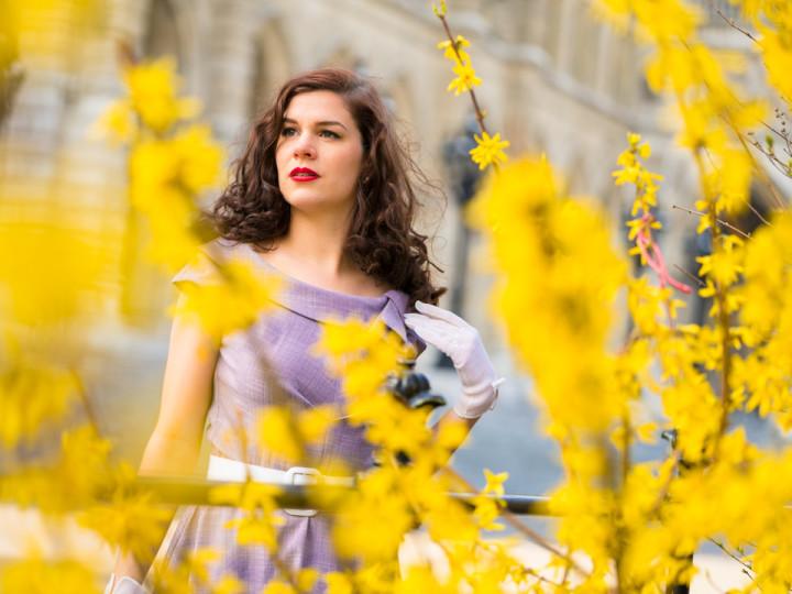 RetroCat mit lila Kleid und weißen Accessoires