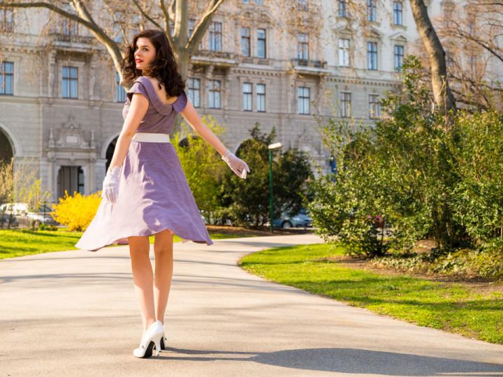 RetroCat in einem Swing-Kleid im Stil der 60er