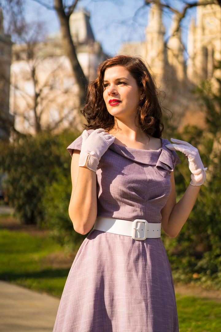 RetroCat mit Retro-Kleid und weißen Vintage-Handschuhen
