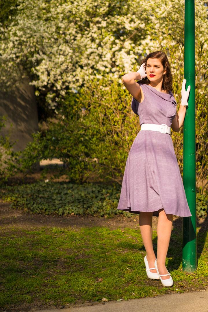 RetroCat in einem Kleid im Stil der frühen 60er