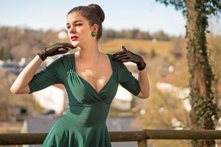 RetroCat in einem grünen Kleid