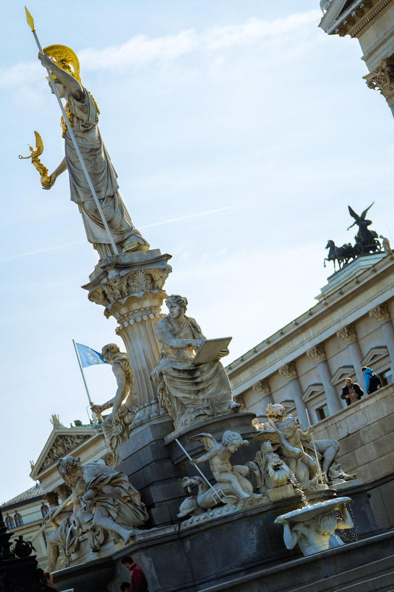 Der Brunnen vor dem Parlament in Wien