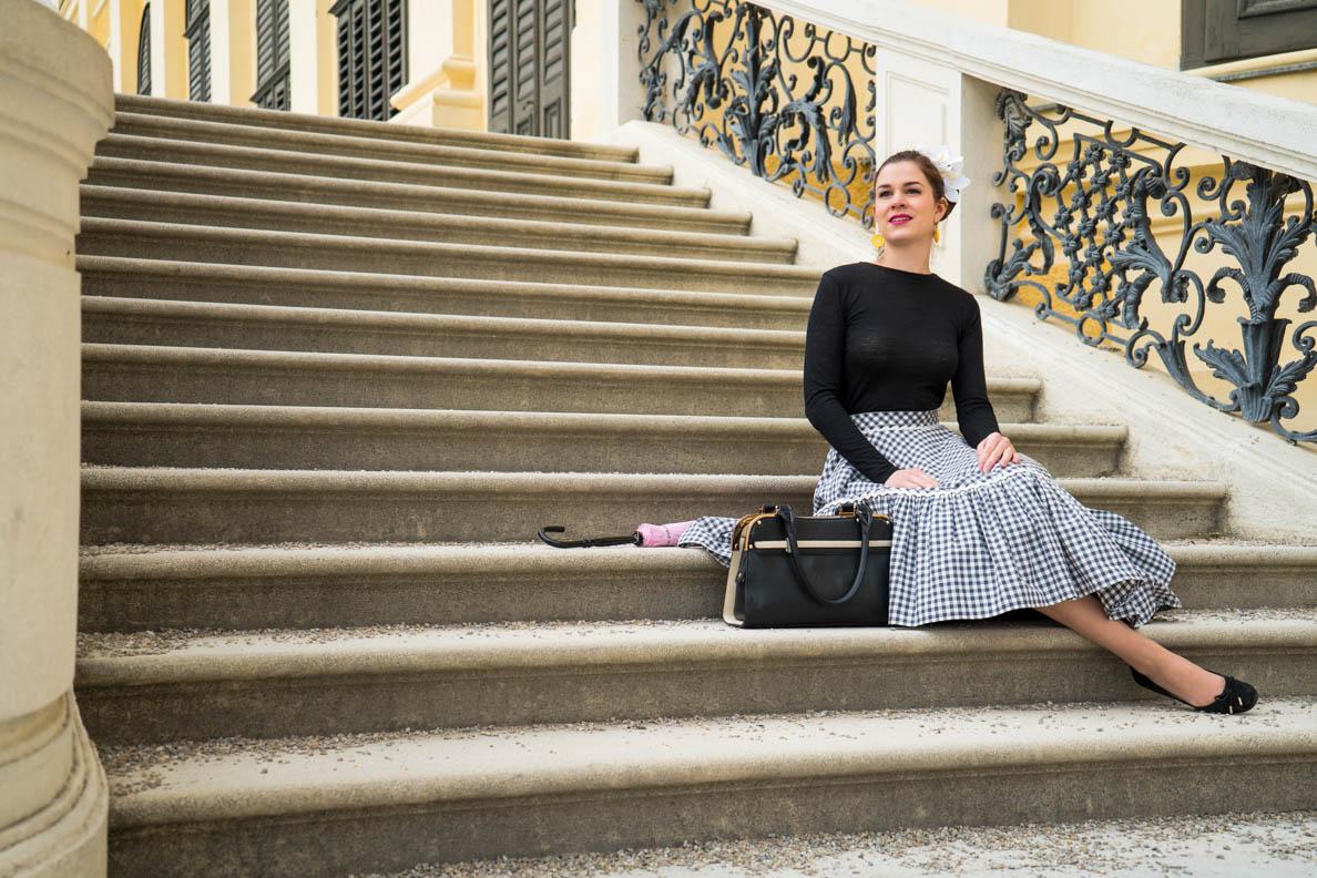 RetroCat auf den Treppen von Schloss Schönbrunn