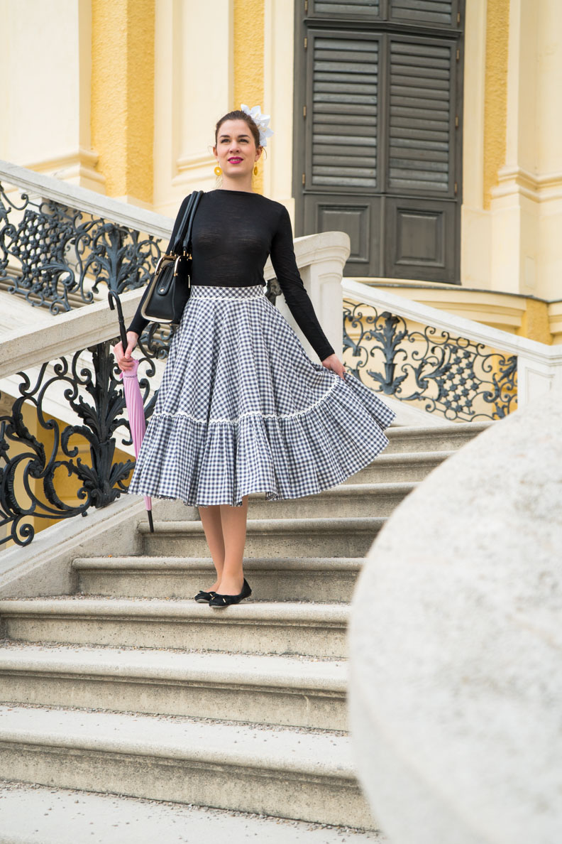 RetroCat auf der Treppe von Schloss Schönbrunn in Wien