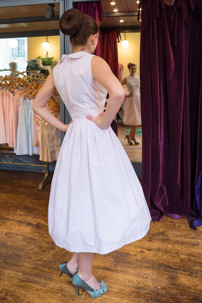 RetroCat in einem rosa Kleid von Wiener Kreation
