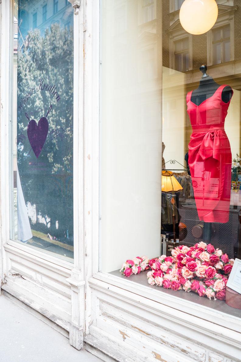 Ein rotes Retro-Kleid im Schaufenster des Goldstück Vienna