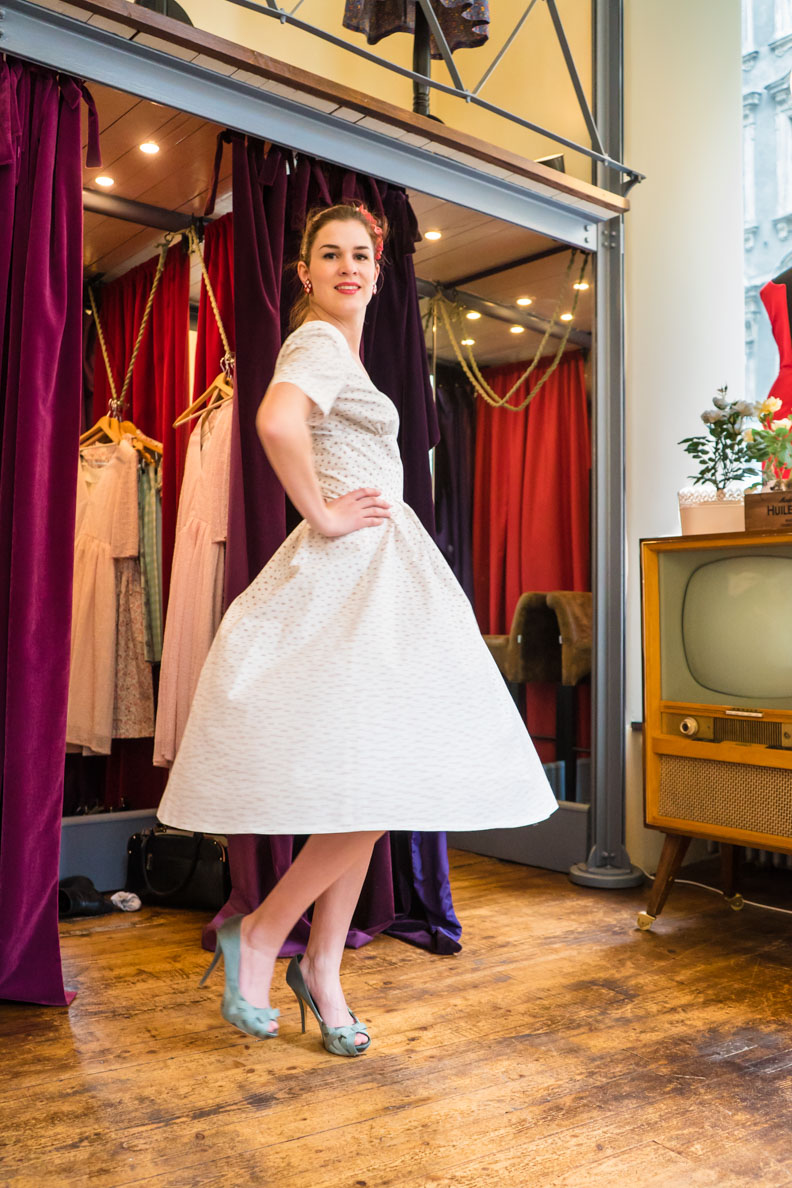 RetroCat in einem schwingenden Kleid im Vintage-Stil