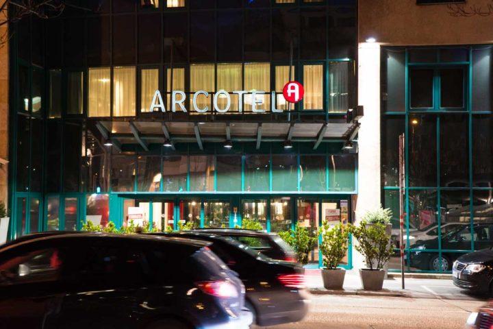 Der Eingang des Arcotel Wimberger in Wien bei Nacht