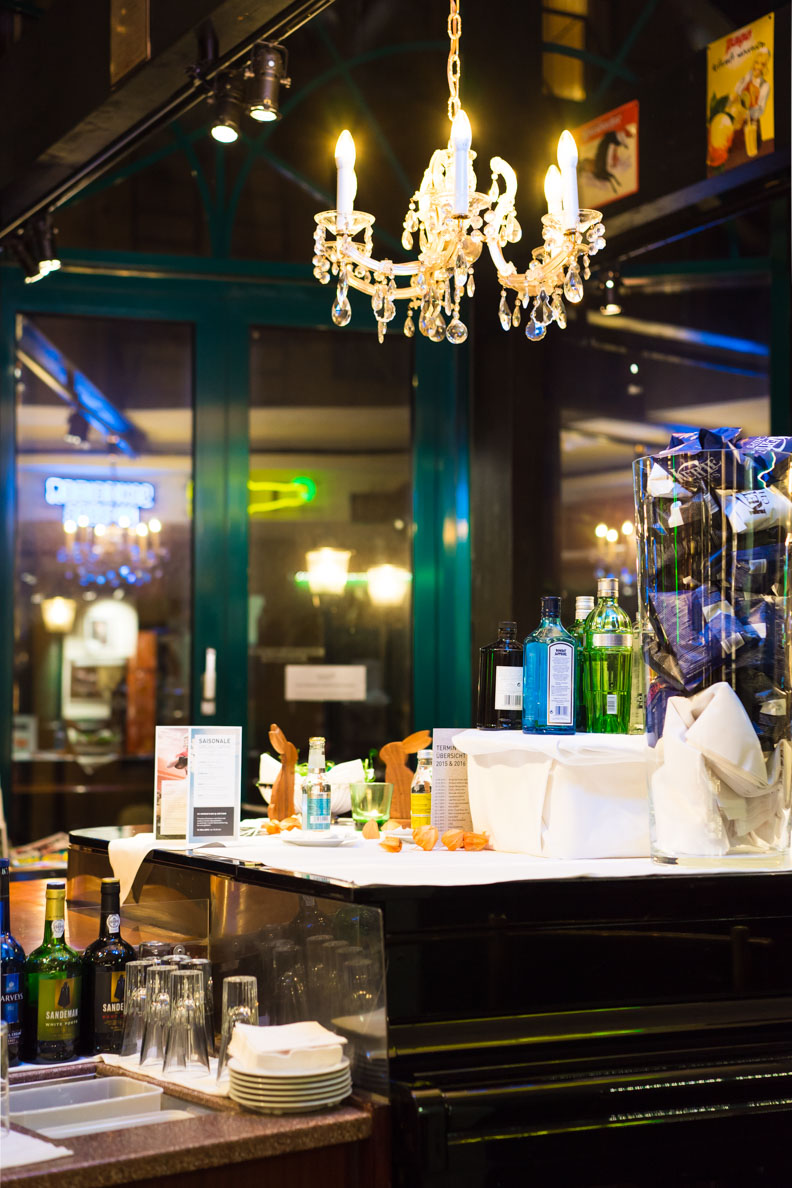 Ein Kronleuchter in der Bar des Hotels