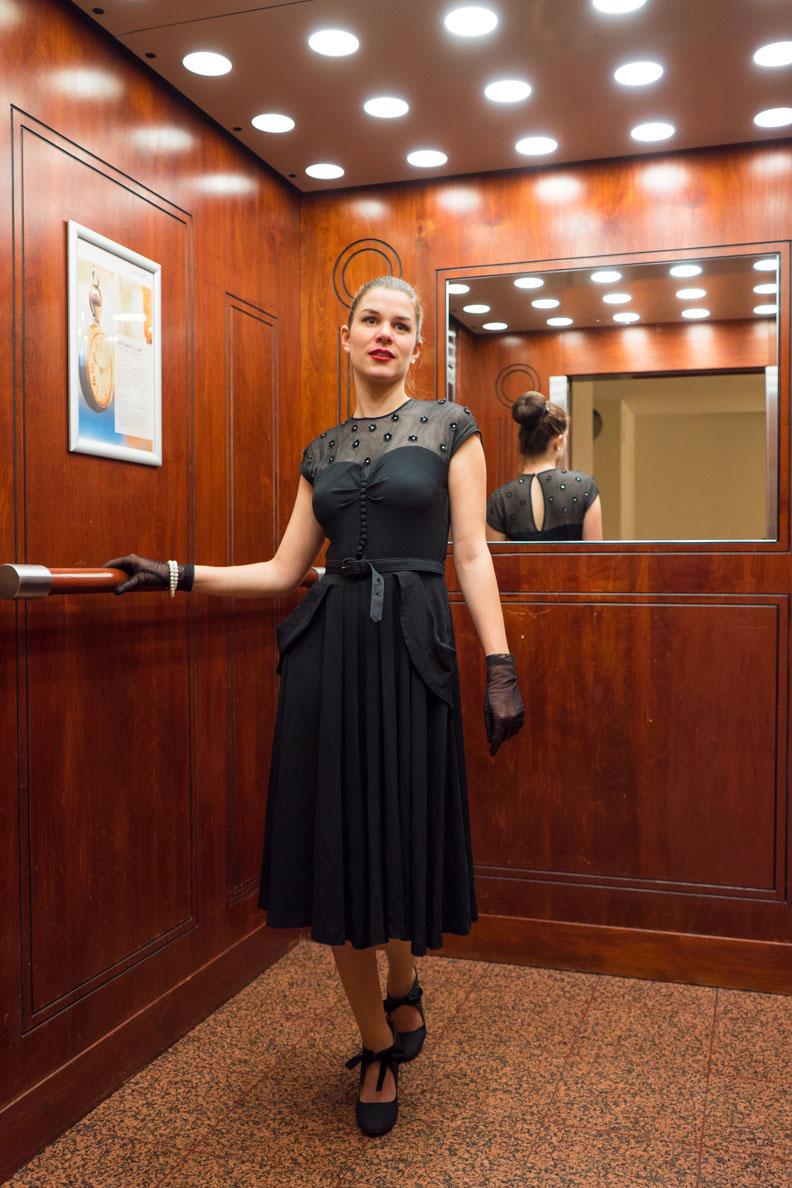 RetroCat in einem knielangen Vintage-Kleid