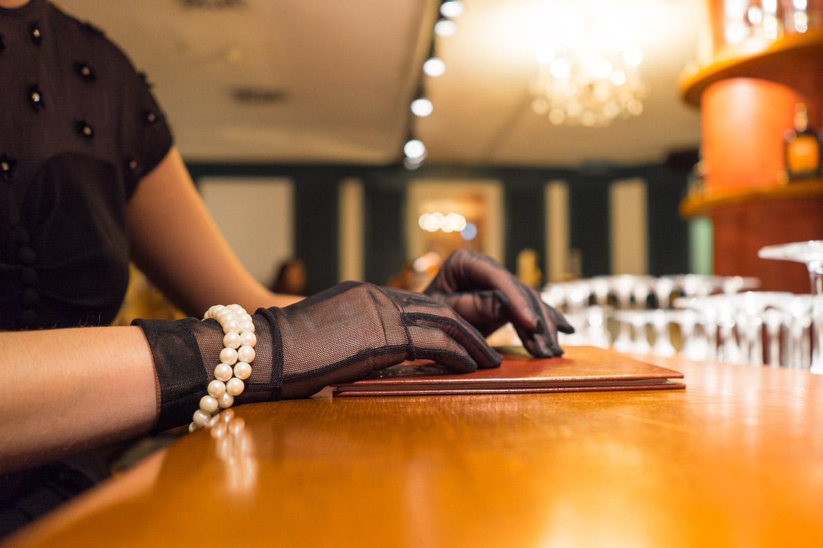 RetroCat mit Nylon-Handschuhen von Secrets in Lace
