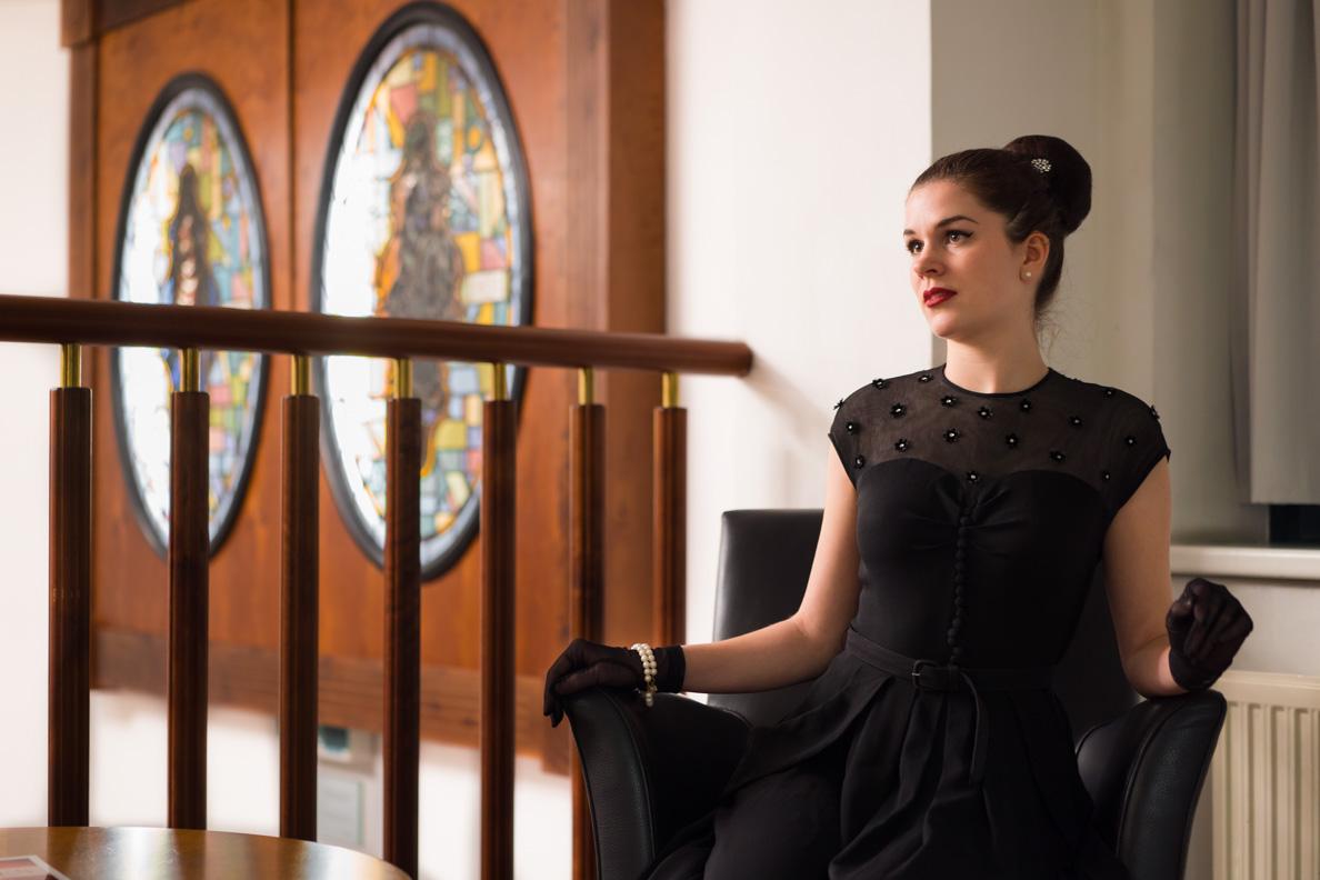 RetroCat in einem schwarzen Vintage-Kleid aus den 40ern