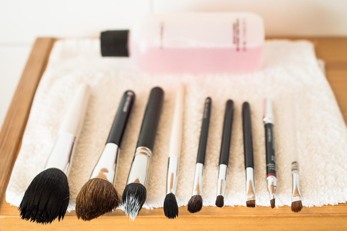 Die Make-up-Pinsel nach der Reinigung