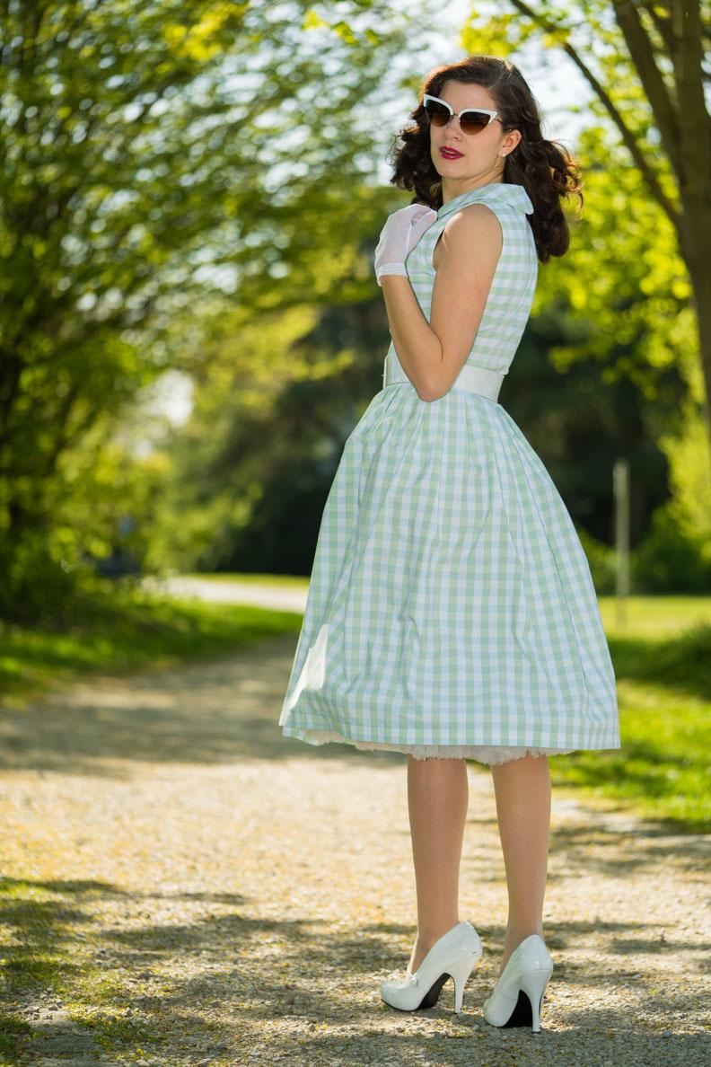 RetroCat in einem Karo-Kleid von Wiener Kreation im Stil der 50er